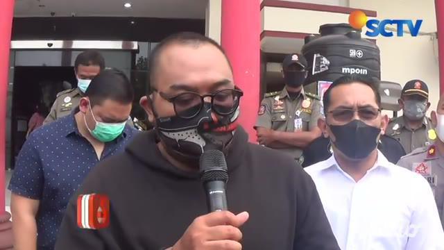 Pria yang viral membodohkan pengunjung mal bermasker di Surabaya telah ditangkap. Pria itu ditangkap polisi semalam. Setelah videonya yang viral.