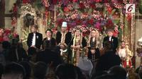 Lihat penampilan dari Iriana Jokowi dan Ade Hanifah Siregar yang telah resmi berbesan di acara resepsi malam ini.