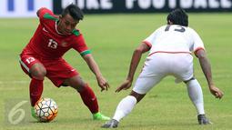 Gelandang Timnas Indonesia U-22, Febri Hariyadi (kiri) mencoba melewati pemain Myanmar, Phyo Ko Ko Then saat laga persahabatan di Stadion Pakansari, Kab Bogor, Selasa (21/3). Timnas Indonesia U-22 kalah 1-3 dari Myanmar. (Liputan6.com/Helmi Fithriansyah)