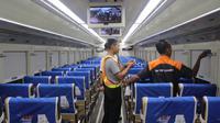 Petugas KAI Daops 4 Semarang mengecek fasilitas di dalam gerbong. (foto: Liputan6.com/Linda/Edhie Prayitno Ige)