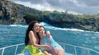 Beby Tsabina dan Cassandra Lee menikmati liburan di Bali (Foto: Instagram/@bebytsabina)