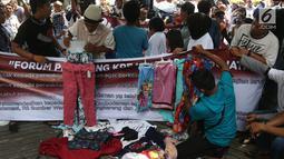 Pedagang kaki lima (PKL) menggelar dagangan mereka saat unjuk rasa  di depan kantor Ombudsman, Jakarta, Selasa (3/4). Para pendemo ingin laporan hasil akhir pemeriksaan (LHAP) Ombudsman soal PKL Tanah Abang diubah. (Liputan6.com/Arya Manggala)