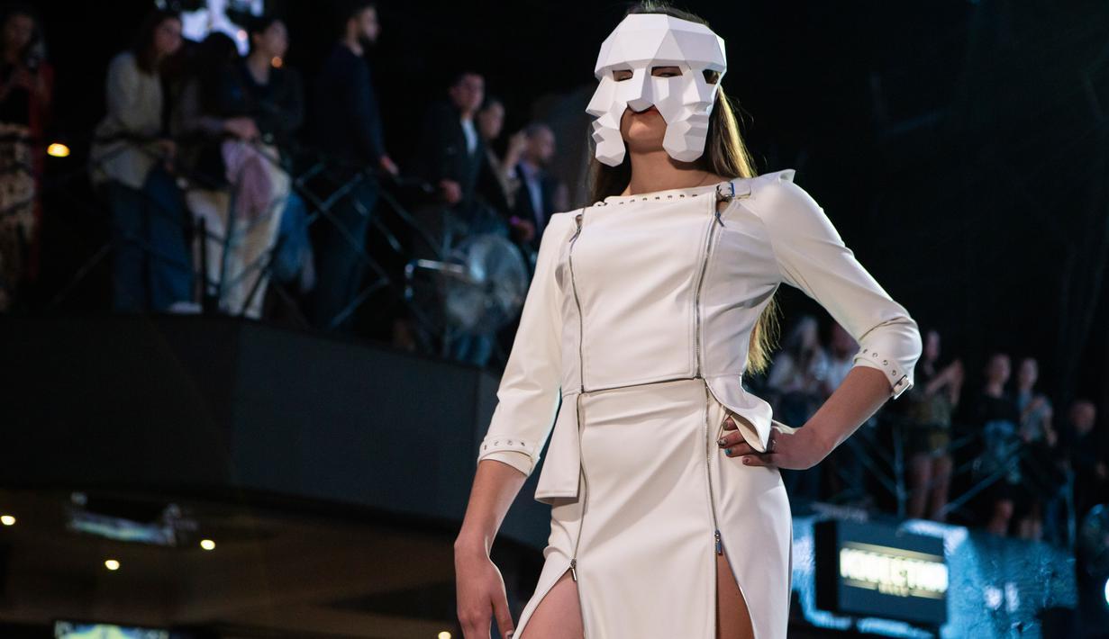 Seorang model menampilkan kreasi busana rancangan Olga Sultanova dalam kompetisi perancang busana muda Couture Fashion Show di Moskow, Rusia, pada 24 September 2020. Lebih dari 30 perancang busana berpartisipasi dalam kompetisi tersebut. (Xinhua/Alexander Zemlianichenko Jr.)
