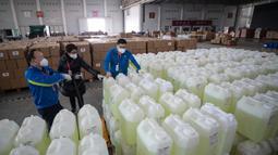 Anggota staf dan sukarelawan mengenakan masker menyiapkan pasokan medis di convention hall yang telah diubah menjadi rumah sakit darurat di Wuhan, Provinsi Hubei, China (4/2/2020). Hingga Rabu (5/2/2020) pagi, jumlah pasien yang meninggal menjadi 479. (AFP/STR)