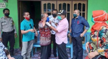 Foto : Wali Kota Kupang, Jefri Riwu Kore saat membagi masker ke keluarga pasien 01 covid-19