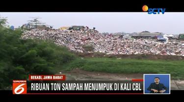 Ribuan ton sampah menumpuk di Kali Cikarang, Bekasi, Jawa Barat, selama puluhan tahun.