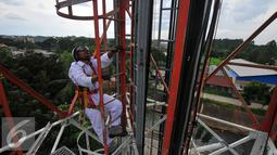 Teknisi memanjat menara jaringan telekomunikasi, Jakarta, Rabu (2/11). Untuk merealisasikan hal tersebut, Pemerintah akan terus mendorong perluasan akses digital hingga ke pelosok tanah air. (Liputan6.com/Angga Yuniar)