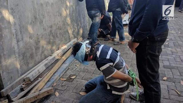 Rekaman video tim Densus 88 tengah menyergap terduga teroris di Sidoarjo.