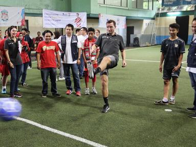 Legenda Liverpool Vladimir Smicer (tengah) didampingi Manajemen AXA Mandiri Hartono dan Preskom AXA Mandiri Agus Haryoto Widodo menendang bola pada pembukaan sharing and learning di Grand Futsal, Jakarta, Jumat (8/2). (Liputan6.com/Fery Pradolo)