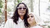 Pasangan yang menikah di awal bulan Juni ini menggelar resepsi yang sederhana dan bernuansa putih. Sederet selebriti pun turut hadir dan merasakan kebahagiaan momen pernikahannya. (instagram/Bintang.com)