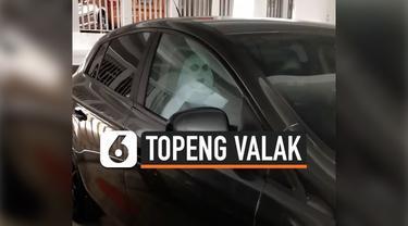 Sebuah mobil di Singapura, menaruh hantu Valak didalam mobilnya. Tanpa disadari, topeng berbentuk Valak ini sangat mirip dengan aslinya. Belum diketahui motif dari pemilik mobil tersebut.