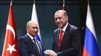 Presiden Turki Recep Tayyip Erdogan dan Presiden Rusia Vladimir Putin (Pool photo via AP)