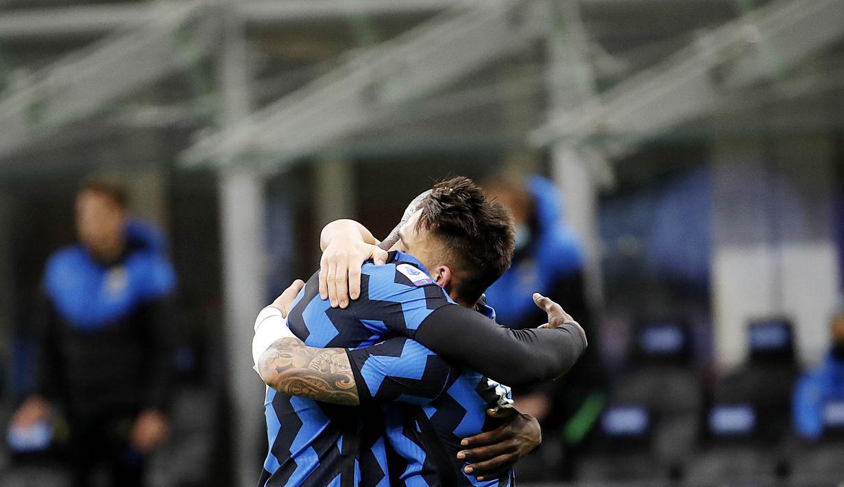 Striker Inter Milan, Romelu Lukaku dan Lautaro Martinez, melakukan selebrasi usai mencetak gol ke gawang Sassuolo pada laga Liga Italia di Stadion Giuseppe Meazza, Rabu (7/4/2021). Inter Milan menang dengan skor 2-1. (AP/Antonio Calanni)