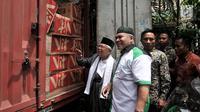 Calon wapres nomor urut 01 Ma'ruf Amin meninjau truk yang mengangkut logistik bantuan untuk korban gempa dan tsunami di Sulawesi Tengah dari salah satu kelompok relawan di Rumah Situbondo, Jakarta, Minggu (7/10). (Merdeka.com/Iqal S. Nugroho)