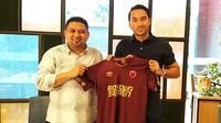 CEO PSM Makassar, Munafri Arifuddin, bersama Ezra Walian, yang baru saja direkrut untuk memperkuat Juku Eja di putaran kedua Shopee Liga 1 2019. (Bola.com/Abdi Satria)