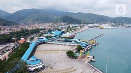 Suasana Pelabuhan Merak yang sepi aktivitas di Banten, Senin (18/5/2020). Akibat larangan mudik dan pemberlakuan PSBB (Pembatasan Sosial Berskala Besar) aktivitas di Pelabuhan Merak makin sepi dan hanya melayani penyeberangan truk pengangkut barang kebutuhan pokok. (Liputan6.com/Angga Yuniar)