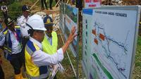 Menhub Budi Karya Sumadi meninjau lokasi pembangunan jalur ganda (double track) KA Bogor-Sukabumi di kawasan Cicurug, Kabupaten Sukabumi. (Dok Merdeka.com)
