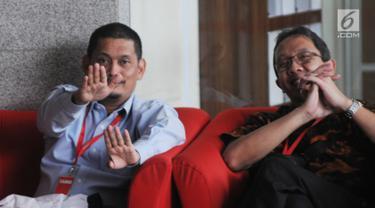 Direktur Bisnis PT Industri Telekomunikasi Indonesia (PT INTI), Teguh Adi Suryandono (kiri) menunggu panggilan oleh penyidik di Gedung KPK, Jakarta, Senin (26/8/2019). Teguh diperiksa sebagai saksi untuk tersangka Direktur Keuangan PT Angkasa Pura II nonaktif Andra Y Agussalam. (merdeka.com/Dwi Narw
