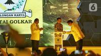 Presiden Joko Widodo (tengah) didampingi Ketua Umum Partai Golkar Airlangga Hartarto (kanan) dan Ketua Penyelenggara Musyawarah Nasional Partai Golkar Melchias Markus Mekeng (kiri) saat pembukaan Munas X Partai Golkar di Jakarta, Selasa (3/12/2019). (Liputan6.com/Johan Tallo)