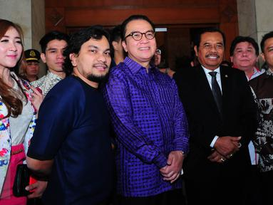 Sejumlah musisi Tanah Air menemui Jaksa Agung, HM Prasetyo (berdasi) di Kejaksaan Agung, Jakarta, Rabu (17/6/2015). Kedatangan anggota PAPRI tersebut untuk menyuarakan gerakan anti pembajakan. (Liputan6.com/Faisal R Syam)