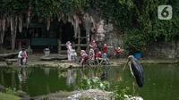 Pengunjung menikmati suasana tempat wisata di dalam kawasan Taman Mini Indonesia Indah, Jakarta, Minggu (12/10/2021). Pemprov DKI Jakarta memberi izin dua tempat wisata, yaitu TMII dan kawasan wisata Ancol, untuk menggelar uji coba pengoperasian pada masa PPKM level 3. (Liputan6.com/Faizal Fanani)