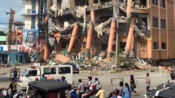 Kondisi Hotel Eva setelah gempa bumi kuat melanda kota Kidapawan di provinsi Cotabato utara, Kamis (31/10/2019). Gempa bumi kembali mengguncang Filipina selatan, kali ini bermagnitudo 6,5 dan merupakan gempa kuat ketiga dalam bulan ini yang berpotensi menimbulkan kerusakan. (AP/Williamor Magbanua)