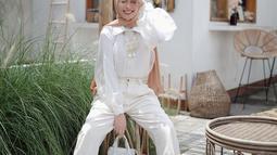 Penampilan kasual namun tetap anggun juga terlihat dalam gaya Aghnia Punjabi yang satu ini. Dibalut kemeja putih dan dipadunkan dengan celana senada, penampilan ibu satu anak ini terlihat makin kece dan memesona. (Liputan6.com/IG/@aghniapunjabi)