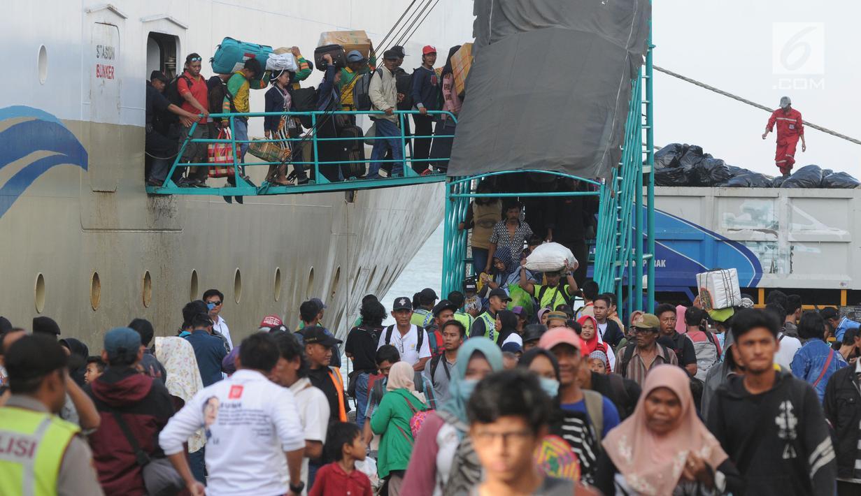 Sejumlah pemudik turun dari KM Labobar saat tiba di Pelabuhan Tanjung Perak, Surabaya, Jawa Timur, Jumat (31/5/2019). Pelindo III memprediksi puncak mudik angkutan laut Lebaran 2019 yang masuk ke Jawa Timur akan terjadi pada H-3 atau Minggu, 2 Juni. (merdeka.com/Dwi Narwoko)