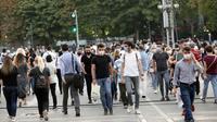 Orang-orang yang memakai masker menyeberangi sebuah jalan di Ankara, Turki, pada 11 September 2020. Turki mengonfirmasi 1.671 kasus baru COVID-19 pada Jumat (11/9), menambah total pasien yang terinfeksi menjadi 288.126 orang, demikian diumumkan Kementerian Kesehatan Turki. (Xinhua/Mustafa Kaya)