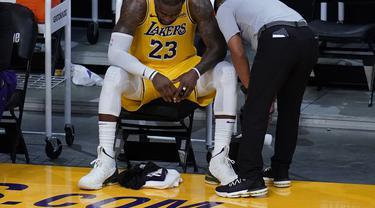 Forward Los Angeles Lakers, LeBron James, setelah timnya tersingkir dari babak play-off NBA melawan Phoenix Suns di Staples Center, Jumat (4/6/2021).