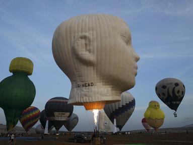 Balon udara sedang dipersiapkan untuk mengudara saat Festival Balon Udara Internasional di Taman Nasional Maayan Harod, Israel (30/9/2015). (REUTERS / Baz Ratner)