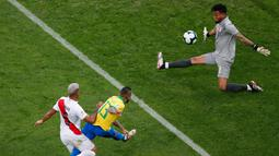 Kiper Peru Pedro Gallese gagal memblok tendangan pemain Brasil Dani Alves saat bertanding dalam laga Grup A Copa America di Arena Corinthians, Sao Paulo, Brasil, Sabtu (22/6/2019). Brasil lolos ke babak perempat final usai membantai Peru 5-0. (AP Photo/Nelson Antoine)