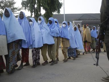 Sejumlah siswa yang diculik oleh kelompok bersenjata dari Sekolah Menengah Putri Pemerintah, di Jangebe, pekan lalu setelah pertemuan pembebasan mereka dengan Gubernur negara bagian Bello Matawalle, di Gusau, Nigeria utara, Selasa (2/3/2021). (AP Photo / Sunday Alamba)