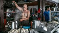 Ciri khas dari kopi Asiang adalah pembuatnya yang tidak mengenakan baju. (Times Indonesia/Rizky Dwi Putra)