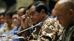 Seskab, Pramono Anung mengikuti rapat kerja bersama Komisi II DPR di Kompleks Parlemen, Senayan, Jakarta, Senin (3/10). Raker membahas penetapan alokasi anggaran tahun 2017 kementerian dan lembaga mitra kerja Komisi II DPR. (Liputan6.com/Johan Tallo)