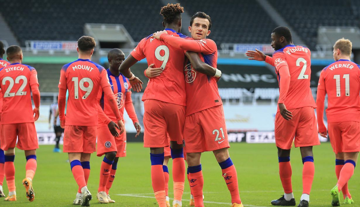 Pemain Chelsea merayakan gol yang dicetak Tammy Abraham ke gawang Newcastle United pada laga lanjutan Liga Inggris di St James Park, Sabtu (21/11/2020) malam WIB. Chelsea menang 2-0 atas Newcastle United. (AFP/Lindsey Parnaby/pool)