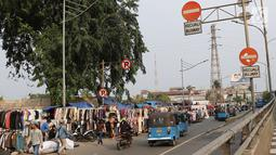 Suasana lalu lintas di sepanjang trotoar kawasan Senen, Jakarta, Jumat (4/5). Menjamurnya pedagang pakaian bekas yang menguasai trotoar menimbulkan kesan kumuh. (Liputan6.com/Immanuel Antonius)