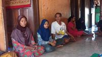 Keluarga almarhumah Wasri TKI asal Kluwut, Bulakamba, Brebes, yang meninggal dunia di Malaysia. (Liputan6.com/Fajar Eko Nugroho)