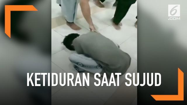 Para jemaah mengira remaja ini telah meninggal dunia dalam keadaan sujud. Namun, setelah diperiksa keadaannya, remaja itu langsung terbangun dari tidurnya.