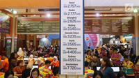 Pengunjung mencari info pemesanan tiket pada pameran Garuda Indonesia Travel Fair 2018 di Jakarta Convention Centre, Jumat (5/10). GATF memberikan kesempatan bagi pengunjung memperoleh tiket dengan potongan harga hingga 80%. (Liputan6.com/Angga Yuniar)