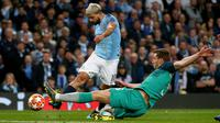 Striker Manchester City, Sergio Aguero, mencetak gol ke gawang Tottenham Hotspur pada leg kedua perempat final Liga Champions di Etihad Stadium, Rabu (17/4).  Meski menang dengan skor 4-3 namun Manchester City tetap gagal melaju ke semifinal Liga Champions. (AP/Dave Thompson)