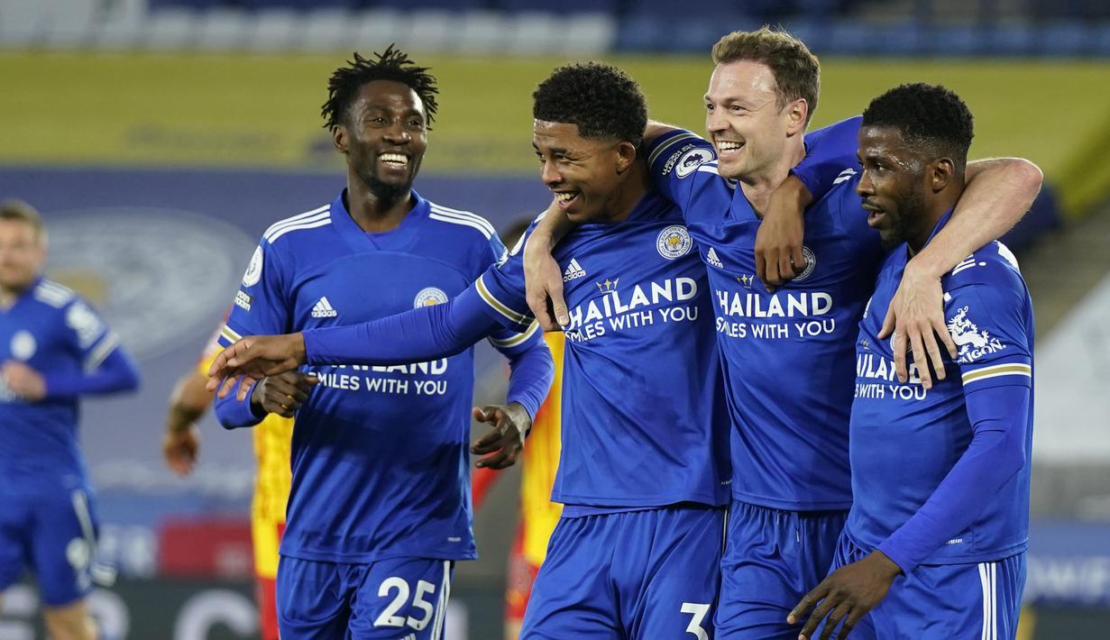 Para pemain Leicester City merayakan gol kedua ke gawang West Bromwich Albion yang dicetak Bek Jonny Evans (kedua dari kanan) dalam laga lanjutan Liga Inggris 2020/2021 pekan ke-32 di King Power Stadium, Leicester, Kamis (22/4/2021). Leicester menang 3-0 atas West Brom. (AP/Tim Keeton/Pool)