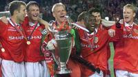 Para pemain Manchester United merayakan gelar Liga Champions yang diraih pada musim 1998-1999 setelah mengalahkan Bayern Munchen 2-1. (UEFA.com)