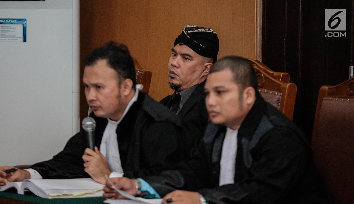 Musisi Ahmad Dhani mengikuti persidangan lanjutan terkait kasus ujaran kebencian di Pengadilan Negeri Jakarta Selatan, Senin (15/10). Sidang beragendakan pembacaan keterangan saksi dari pihak Ahmad Dhani sebagai terdakwa. (Liputan6.com/Faizal Fanani)