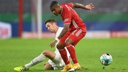 Gelandang Bayern Munchen, Douglas Costa, berebut bola dengan bek Duren Merzenich, Jannis Becker, pada laga DFB Pokal di Stadion Allianz Arena, Jumat (16/10/2020) dini hari WIB. Bayern Munchen menang 3-0 atas Duren Merzenich. (AFP/Christof Stache)
