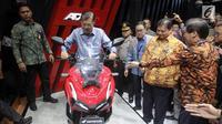 Wakil Presiden RI Jusuf Kalla menjajal kebolehan Honda ADV 150 usai membuka pameran Gaikindo Indonesia Internasional Auto Show (GIIAS) 2019 di ICE BSD, Tangerang, Kamis (18/7/2019). Tahun ini pameran otomotif terbesar di Indonesia tersebut mengusung tema Future in Motion. (Liputan6.com/Fery Pradolo)