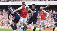Gelandang Arsenal Granit Xhaka mencoba melewati dua pemain Bournemouth Harry Wilson dan Dominic Solanke dalam lanjutan Liga Inggris di Emirates Stadium, Minggu (6/10/2019). (AP Photo/Leila Coker)