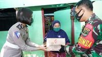 Korlantas Polri salurkan bantuan untuk warga Kali Krukut terdampak banjir. (Foto: Istimewa).