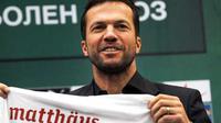 Pelatih baru Bulgaria asal Jerman Lothar Matthaeus berposes dengan kostum timnas di sesi konferensi pers di Sofia, 23 September 2010. AFP PHOTO / DIMITAR DILKOFF