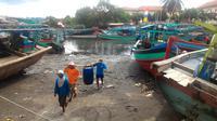 Ilustrasi - Nelayan Cilacap menggotong ikan ke Tempat Pelelangan Ikan (TPI). (Foto: Liputan6.com/Muhamad Ridlo)